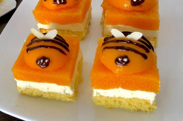 Бджілка Майя, пляцок з персиками та медовим кремом