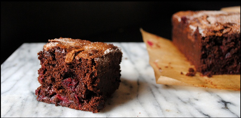 Шоколадне тістечко з журавлиною